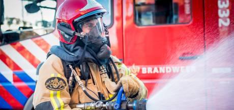Grote uitslaande brand bij boerderij Groningen slaat over naar woonhuis