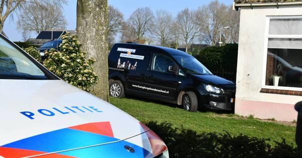 Bestelbus 'parkeert' in voortuin bij ongeluk in Bergentheim.