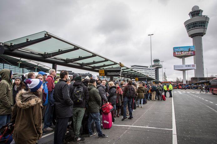 Gestrande reizigers op Schiphol tijdens de storing van maart 2015. Dat was de grootste storing in zeventien jaar.