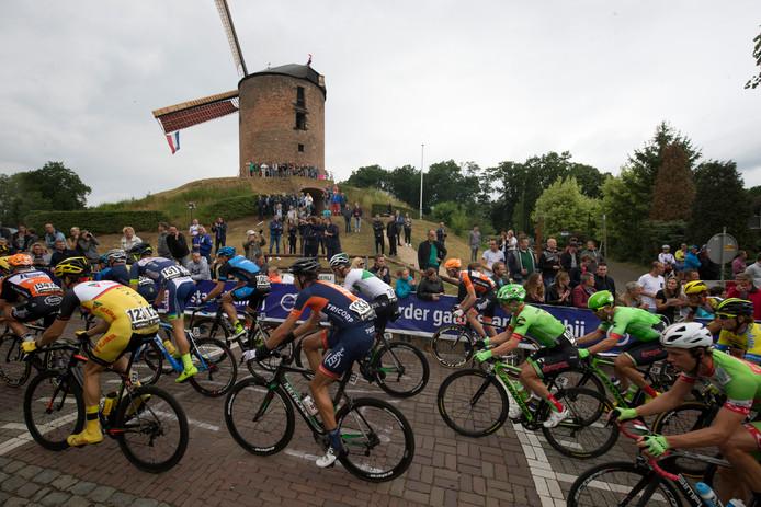 Beeld van het NK Wielrennen 2017 in Montferland bij de passage van de Zeddamse molen.