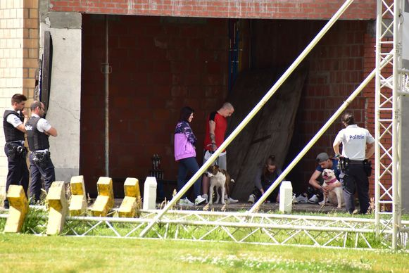 De jonge mensen die in de woning aanwezig werden, moesten om het hoekje wachten op een bouwwerf, onder het toeziend oog van de politie.
