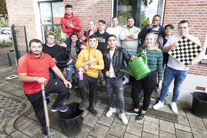 Enthousiasme van jongeren van Pand 11 en andere betrokkenen: vandaag worden de handen uit de mouwen gestoken.