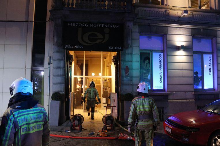 De brand was snel onder controle. Er werd grondig verlucht in het gebouw.