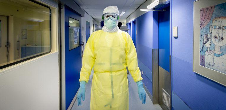 Een medewerker van het Erasmus Medisch Centrum in beschermende kleding. Het ziekenhuis treft voorbereidingen voor de opvang van ebola-patienten. Beeld anp