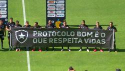 Braziliaanse voetbalploeg protesteert op deze manier tegen de hervatting van wedstrijden