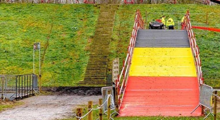 Een tricolore brug in Kruibeke.