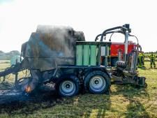 Landbouwmachine verwoest nadat het in brand vliegt in Lage Zwaluwe