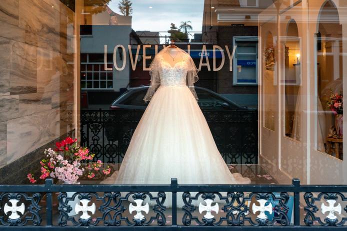 In bruidsboetiek Lovely Lady is het onverminderd druk na de bekendmaking dat de gemeente Waalwijk een 'kwartiermaker echtscheidingen' aanstelt.
