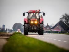 Tractoren rijden vaak veel te hard door Hoeksche Waard, maar een oplossing vinden is niet makkelijk