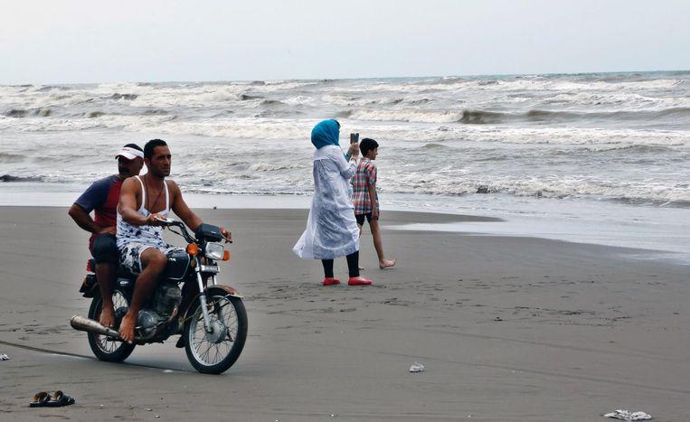 Toeristen op een Iraans strand. Beeld epa