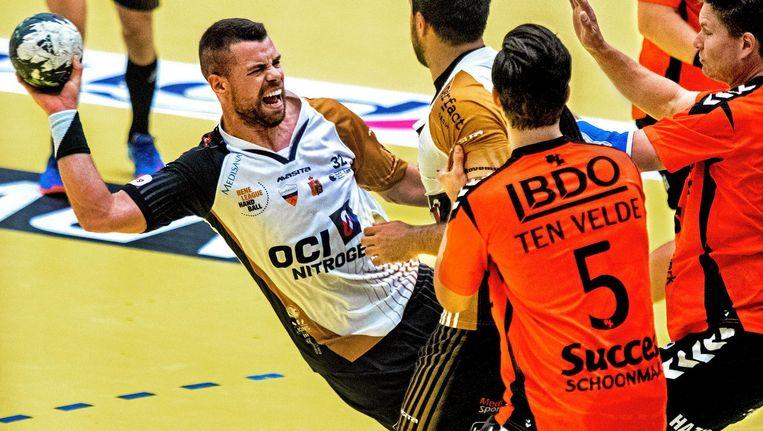 Portugees Joao Ramos van de Limburg Lions wordt onreglementair gestopt door spelers van Volendam. Beeld Klaas Jan van der Weij/de Volkskrant