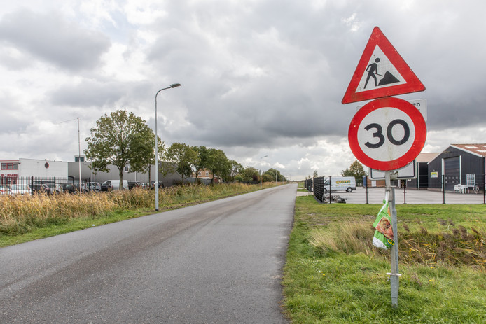 Een stukje van de weg door de Olzendepolder is vorig jaar alvast verbreed. In alle varianten om de Zanddijk en de Molendijk te ontlasten, komt hier straks het meeste (vracht)verkeer  Yerseke binnengereden.