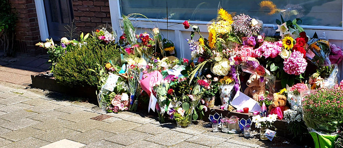 Bloemen bij de woning in de Bilderdijkstraat in Breda. Maandag een week geleden kwam in deze woning de 15-jarige Megan om het leven. Een 16-jarige jongen zit op vast op verdenking van moord of doodslag.