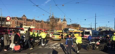 Man gewond na aanrijding met tram voor Amsterdam CS