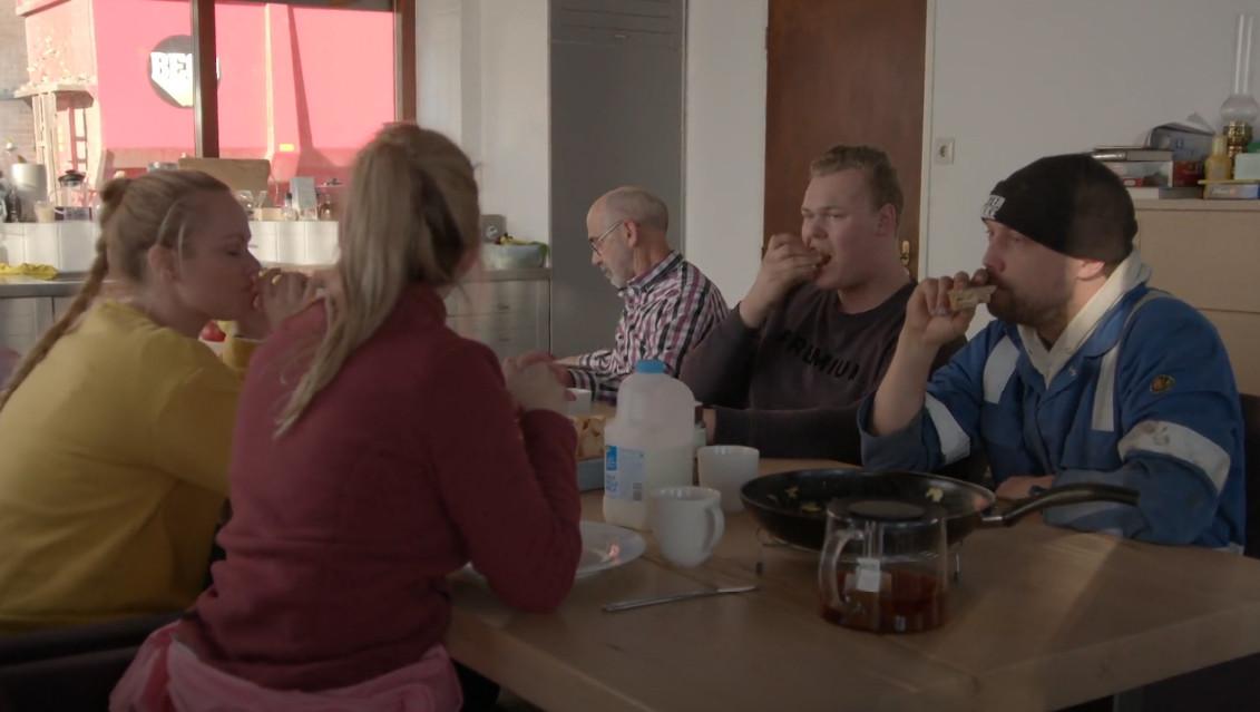 Boer Bastiaan (rechts) tijdens de lunch.