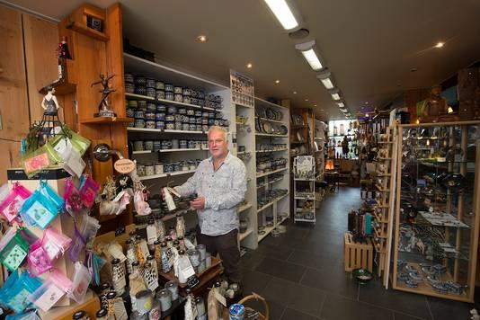 Fred de Brouwer in zijn cadeauwinkel aan de Doesburgse Kerkstraat. Foto Theo Kock