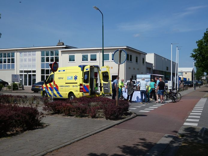 De wielrenner is na de aanrijding in Veenendaal per ambulance naar het ziekenhuis gebracht.