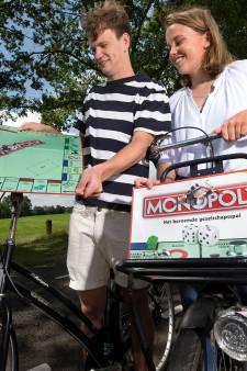Jonge Achterhoekers fietsen langs alle straten van Monopoly: 'Vliegvakantie is toch helemaal niet nodig?'