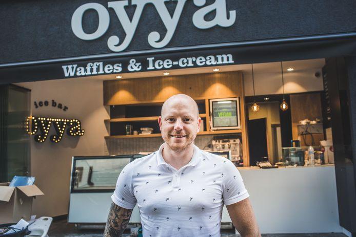 Mathieu Eyckmans bij zijn ijssalon Oyya in de Koestraat