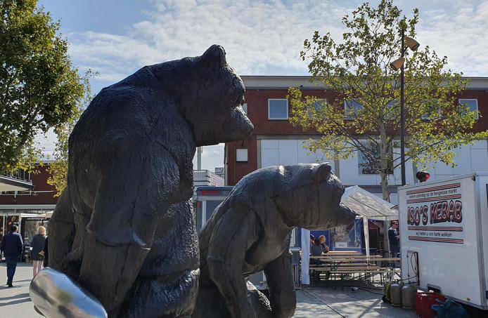De Beren op de Markt zijn weer ontkleed.