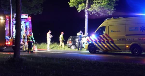 Automobilist gewond bij botsing tegen boom bij Klarenbeek.