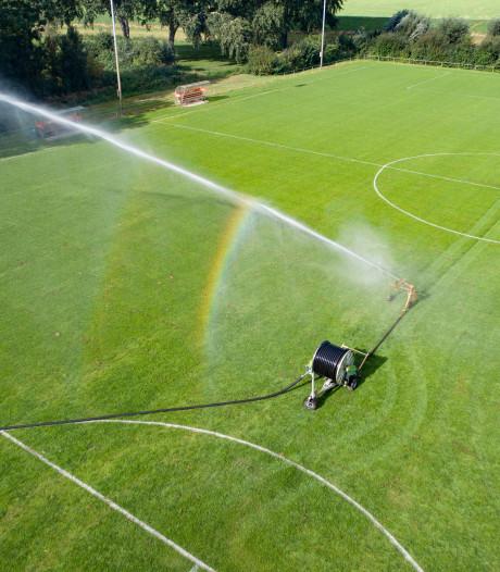 Kapotte velden of niet, IJVV gaat weer voetballen: 'We zullen wel moeten'