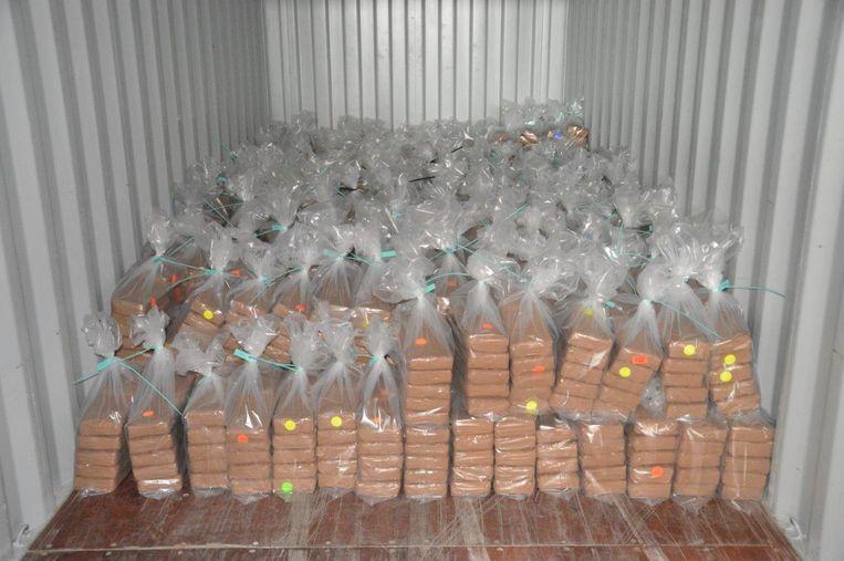 Een partij cocaïne van 2900 kilo, die is onderschept in Rotterdamse waalhaven. De drugs zaten verstopt in een container uit Curaçao. Het gaat om de twee na grootste cocaïnevangst ooit in Rotterdam gedaan.  Beeld ANP Handouts