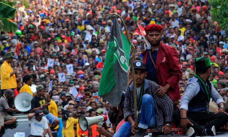 Duizenden mensen demonstreerden maandag in Jayapura tegen de arrestatie van Papoea-studenten in Surabaya.  Beeld EPA
