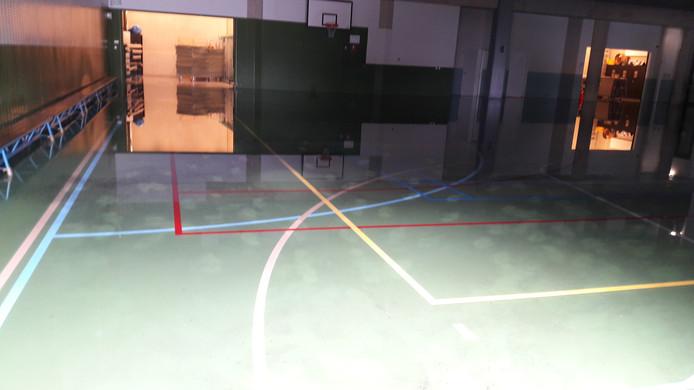 De gymzaal staat onder water.