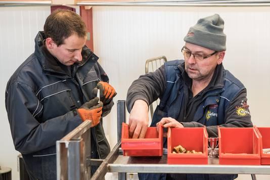 Roy Timmerman en Jeroen Brandwacht, cliënten van Aveleijn, helpen een handje in de winkel
