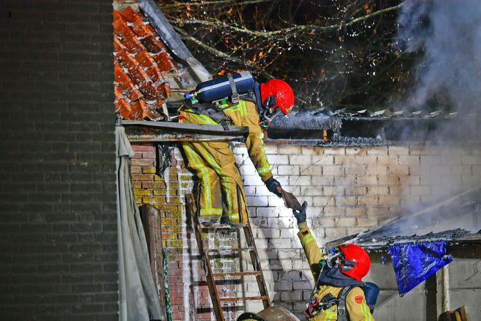 Brandweerlieden aan het werk in Hooge Mierde.