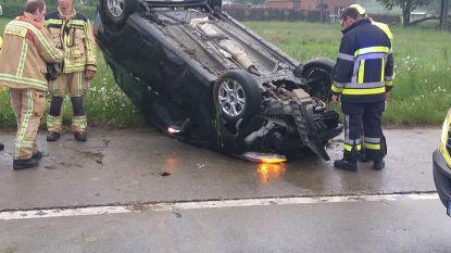 Wagen over de kop, bestuurder overgebracht naar ziekenhuis