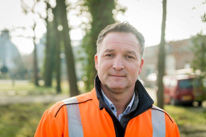 Maico Oude Lenferink, uitvoerder bij Gildebor en belast met het preventief bestrijden van de eikenprocessierups.