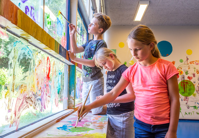 Leerlingen van basischool de Pijler schilderen de lokalen.