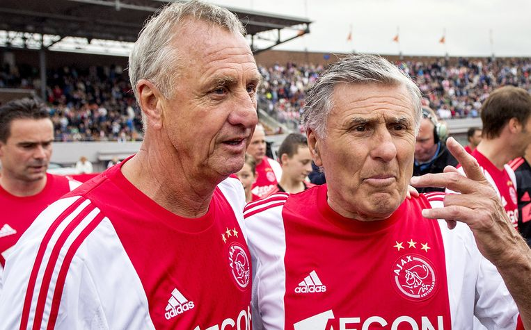 Sjaak Swart (R) en Johan Cruijff tijdens de jubileumwedstrijd Sjaak Swart 75 jaar in het Olympisch Stadion in 2013. Beeld ANP