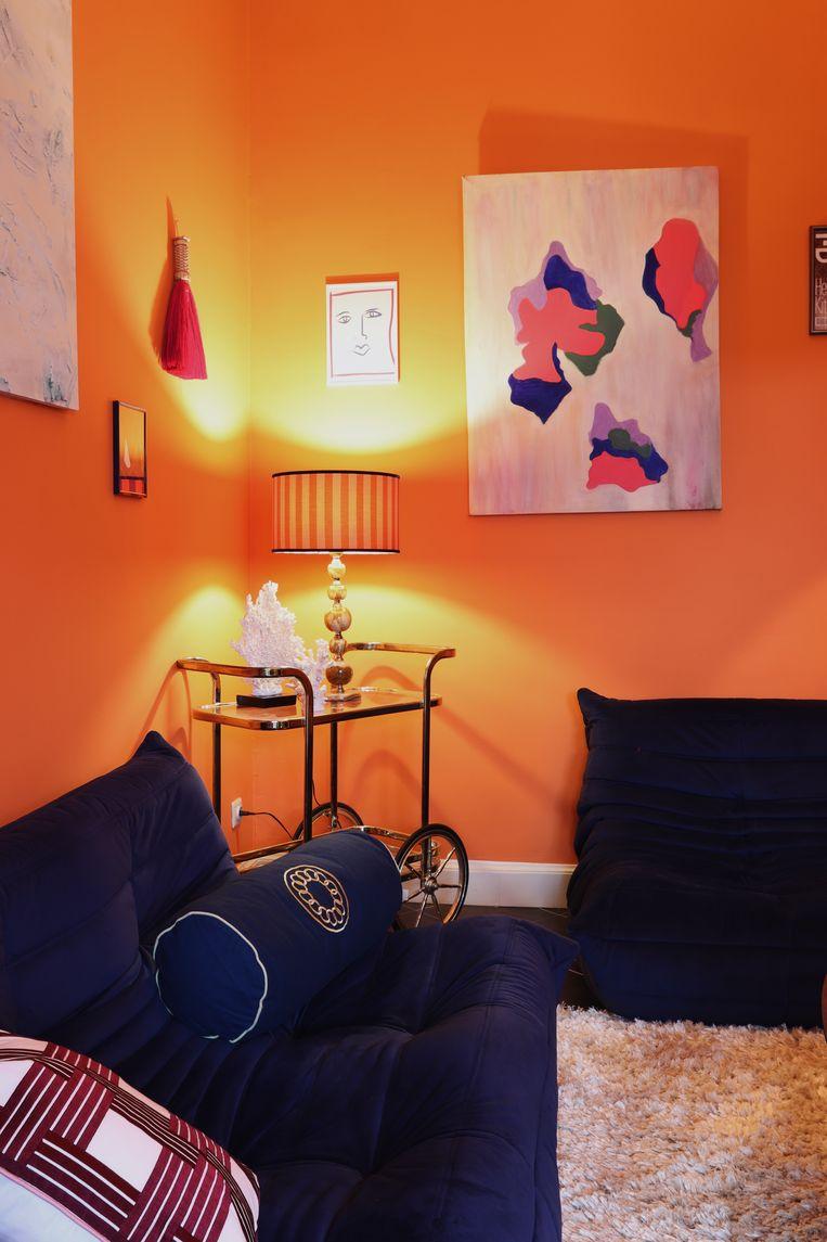 De woonkamer zit vol verborgen parels. De kleuren, prints en stoffen zijn op elkaar afgestemd.