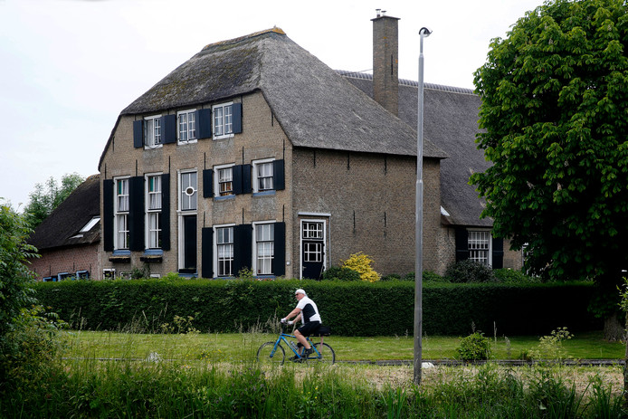 De kenmerkende boerderij aan de B wordt verbouwd tot zes afzonderlijke woningen.