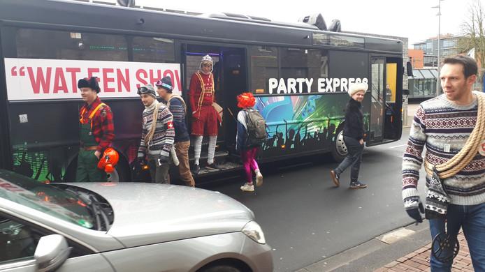 De partybus waarmee De Kapotte Kachels en 80 die-hard fans op tournee door Brabant gaan.