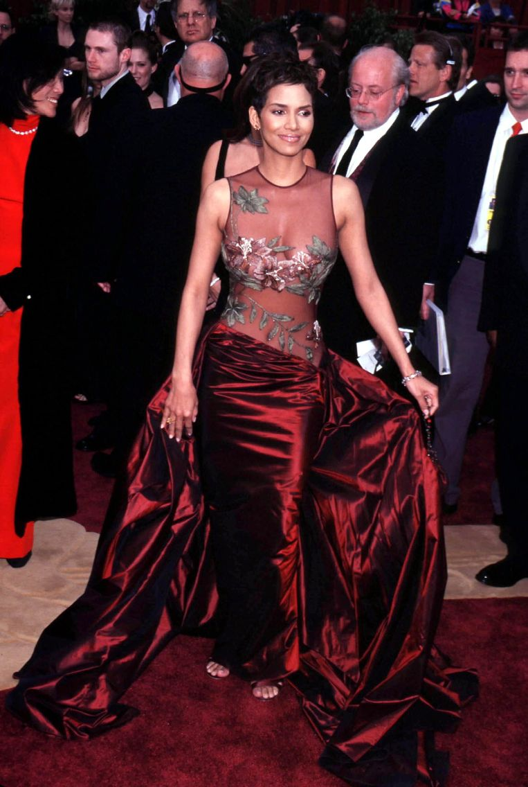 Halle Berry in Elie Saab (2002) The 15 most memorable dresses from the history of the Oscars