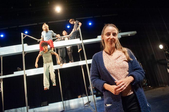 Den Bosch. Pia Meuthen met op de achtergrond de dansers van Panam Pictures. Foto Olaf Smit