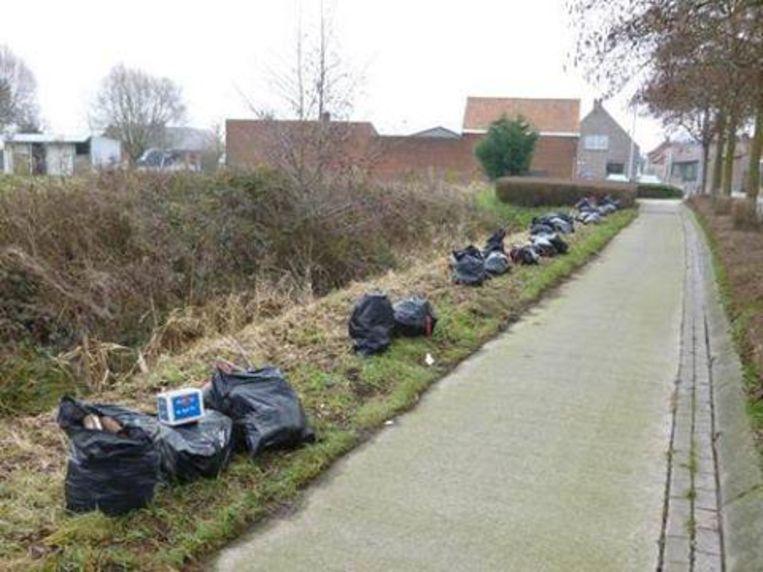Dit beeld dateert van 2017. In de Diksmuidestraat in Staden lag toen een meterslang sluikstort. Sindsdien zijn de inspanningen van het gemeentebestuur om zwerfvuil en sluikstorten tegen te gaan een pak scherper geworden.