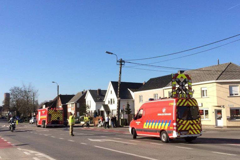De brandweer ruimde brokstukken en olie op.