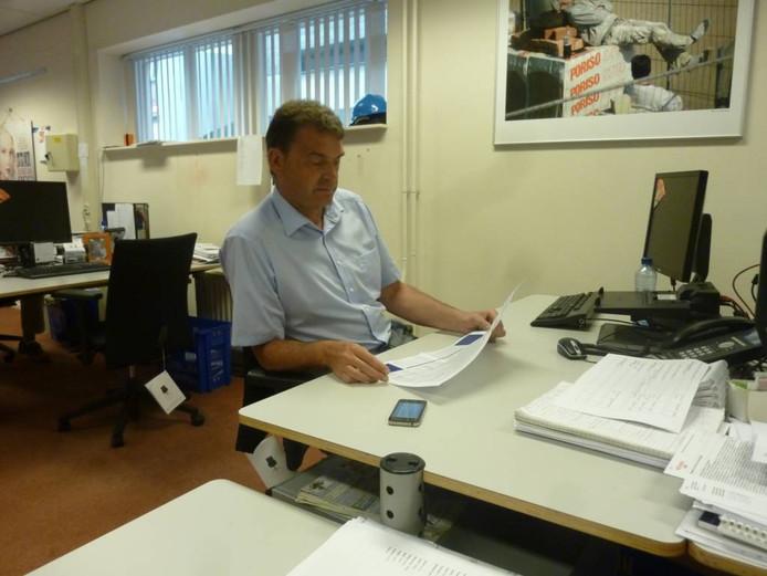 Jan van Vucht neemt een pagina door die zijn 'verzoeknummers' bevat.