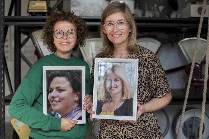 Aryenne de Jong (links) en Heske van Diermen met foto's van hun oude zelf.