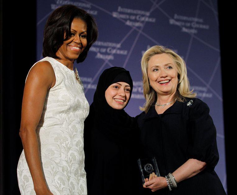 Samar Badawi (midden) is een van de gearresteerde activistes. Ze is hier te zien op de foto met Michelle Obama en Hillary Clinton in 2012. Badawi mocht toen een International Women of Courage Award in ontvangst nemen.