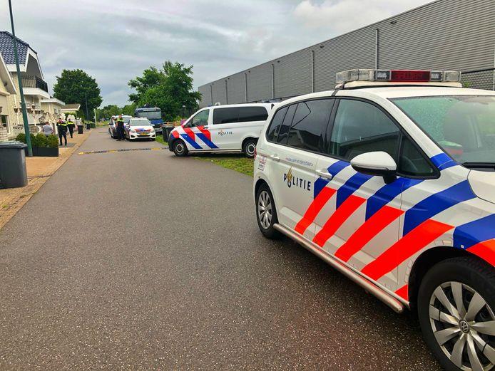 De politie heeft dinsdagavond een inval gedaan op het woonwagenkamp aan de Broekweg in Waalre.