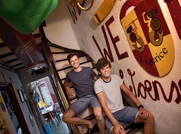 Friso Buurman (L) en Kees Boerlage in hun studentenhuis met een bijzondere naam