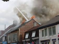 Brandweer geeft sein brand meester bij grote brand in schuur en restaurant in Roosendaal