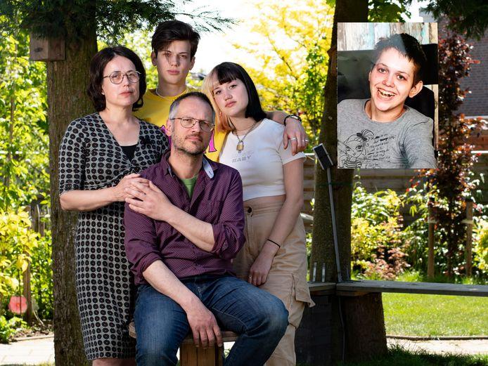 Het gezin Dekkers: moeder Esther, vader Silvester en hun zoon Maas en dochter Teddie. De gehandicapte dochter Sterre (inzet) heeft op 25 april een einde aan haar leven gemaakt.