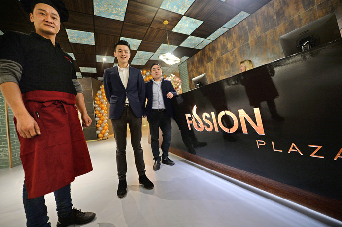 Feng Yang, Mike Zhang en Bin Zhou (v.l.n.r.) van Fusion Plaza dat vandaag opent en maar liefst achthonderd zitplaatsen telt.